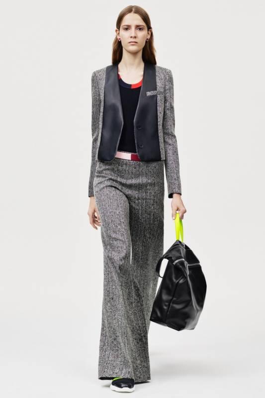 3b52df9f29 Wiosną 2016 roku istotne są ciepłe kurtki tweedowe z pięknym wzorem  geometrycznym. Trend sezonu - damska kurtka wykonana z czarno-białego  materiału.