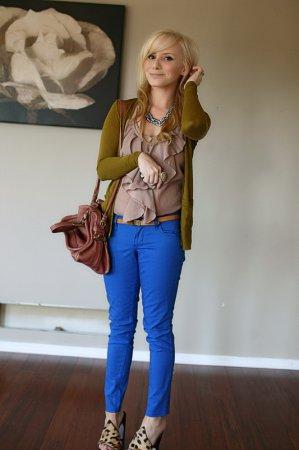 Сині штани із зеленою блузкою. На що звернути увагу при виборі верху ... 22249897ad79b