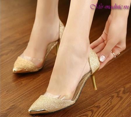 Практично у всіх колекціях представлені моделі на чарівному маленькому  каблучку - kitten heel aea4f343998fb