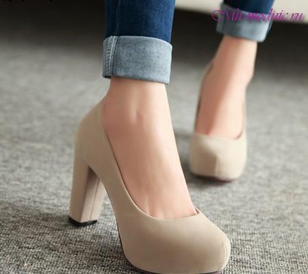 Багато красивих моделей туфель на високій платформі і підборах є в продажу  у Rochas 033f026a2477e