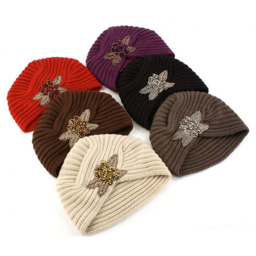 fc0c82412 V módnych klobúkoch na jeseň a zimu v tmavé odtiene - Trendové turbany sú  prezentované v čiernej, tmavo modrej, tmavošedej, hnedej farbe.