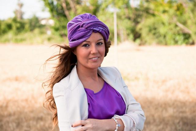 bd61559d052 Taký turban priťahuje pozornosť k oči a tvári ženy a tiež pridáva k obrazu  tajomného orientálneho šarmu.