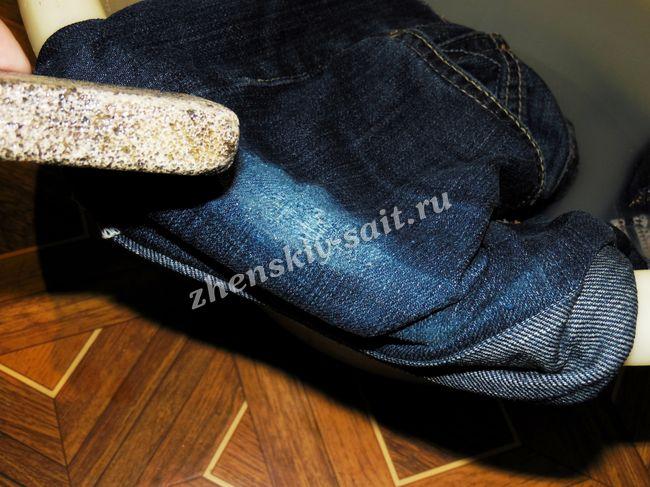Змочуємо водою пемзу і розтираємо нею джинсову тканину. Робимо це в  напрямку 86971a2730fe5