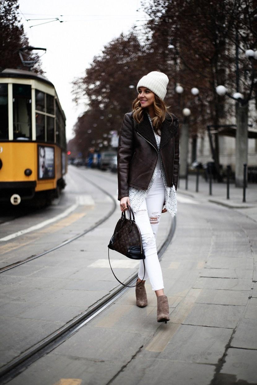 Модні шапки 2017  світло біла в язана шапка «біні» відповідно до темно  коричневої курткою. 879e590ddfa5b