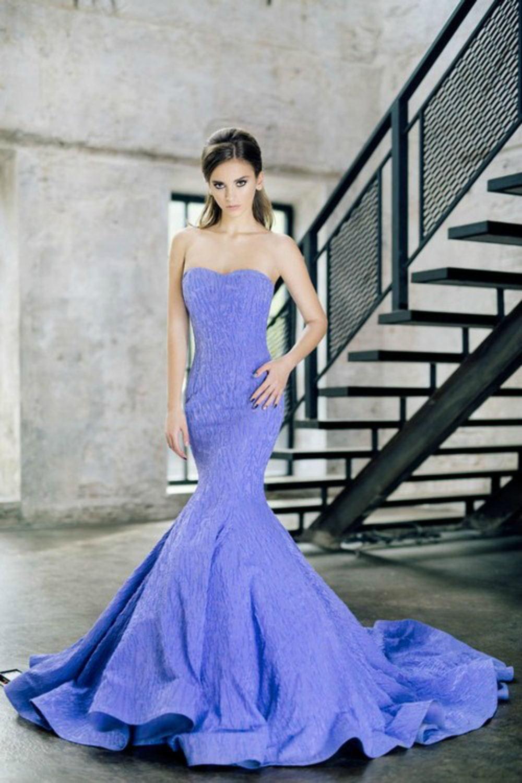 Трендовим стануть наряди на тоненьких бретельках або ж зовсім без них.  Створюючи модні сукні для майбутнього літа 2017 року f4a9533522d4f