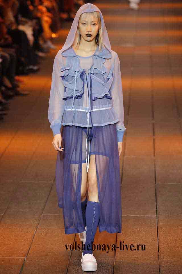Рожеві Сліпони під спортивну куртку з органзи з капюшоном блакитного кольору  і шортами синього відтінку. 3dcfec5e60b3f