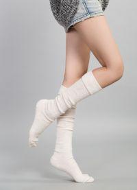 fbdbfc0d08 A közelmúltban a divatos nők egyre inkább preferáltak magas lábú zokni.  Különösen az ilyen modellek válnak relevánsnak a fagy és a hideg  időszakában.