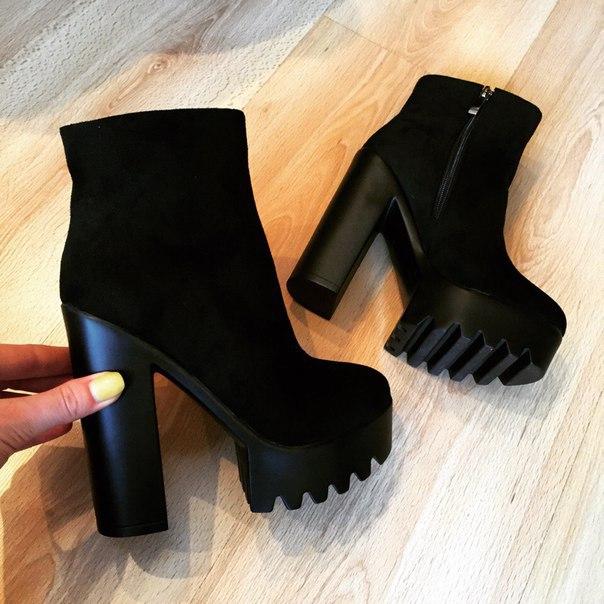 Як свого часу наробили галасу знамениті чорно-червоні туфлі на високій  шпильці і важкої платформі від Christian Louboutin 29d09d8188b3d